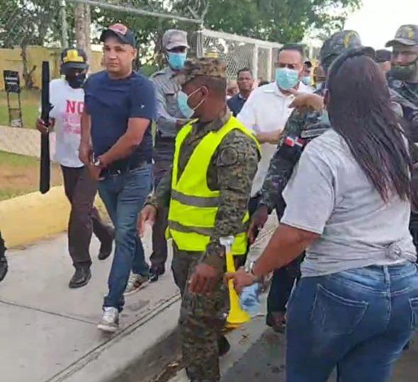 VIDEO | Decenas de personas se manifiestan en contra de la presa de cola en Cuance; diputado sale escoltado