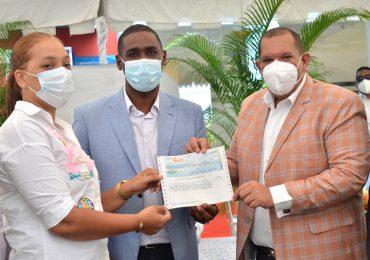Alcaldía SDN entrega cheques a ganadores sorteo para construir 27 obras en diferentes comunidades