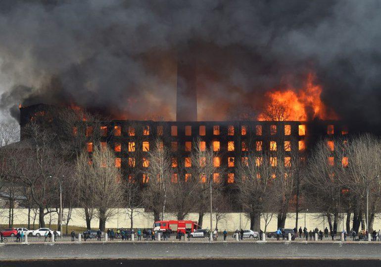 Un gigantesco incendio en una fábrica histórica de San Petersburgo