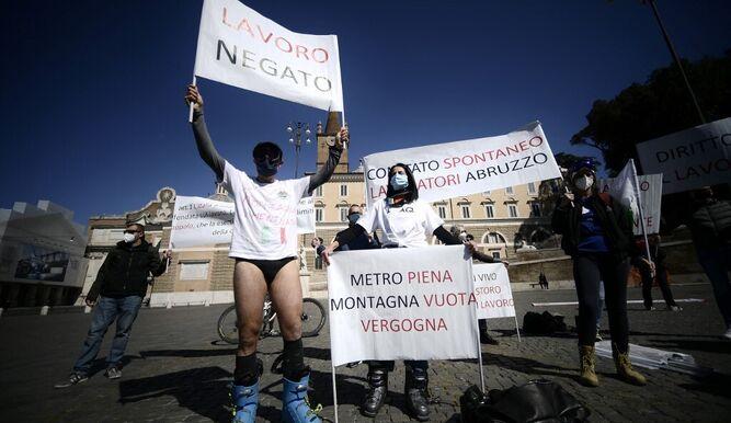 Comerciantes de Nápoles protestan contra el confinamiento mostrando lencería femenina