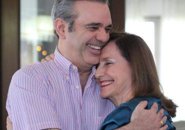 Madre del presidente Abinader recibe segunda dosis de vacuna contra el COVID-19