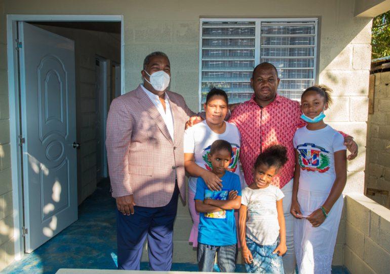 Gabinete de Política Social entrega casa a familia en Los Alcarrizos