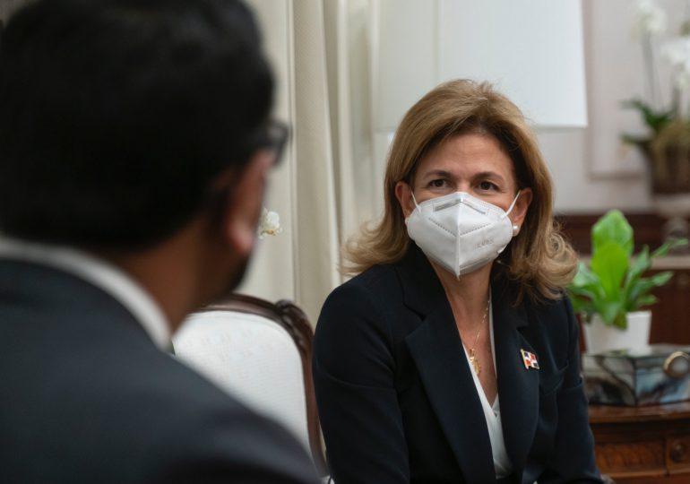 Vicepresidenta recorre centros de vacunación de Santo Domingo