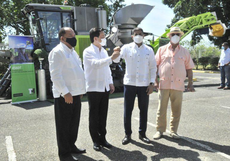 Ministerio de Agricultura recibe cosechadora de caña donada por China