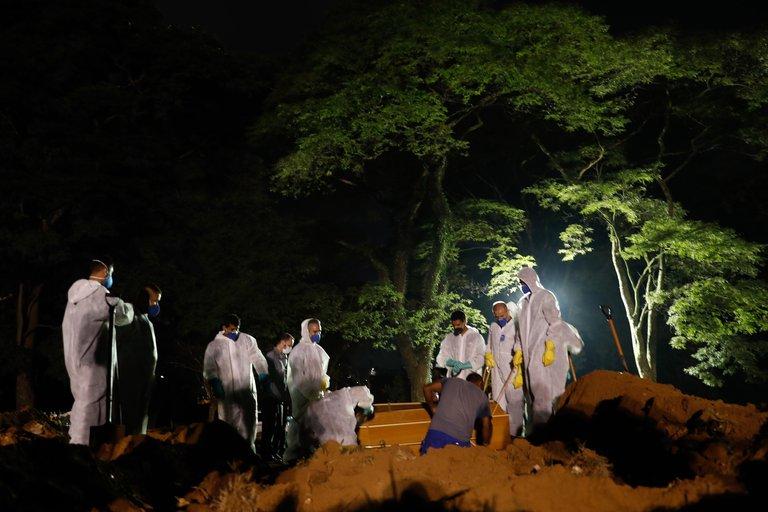 La ciudad de San Pablo exhumó cuerpos de viejas tumbas para hacer espacio en cementerios a los muertos por COVID-19