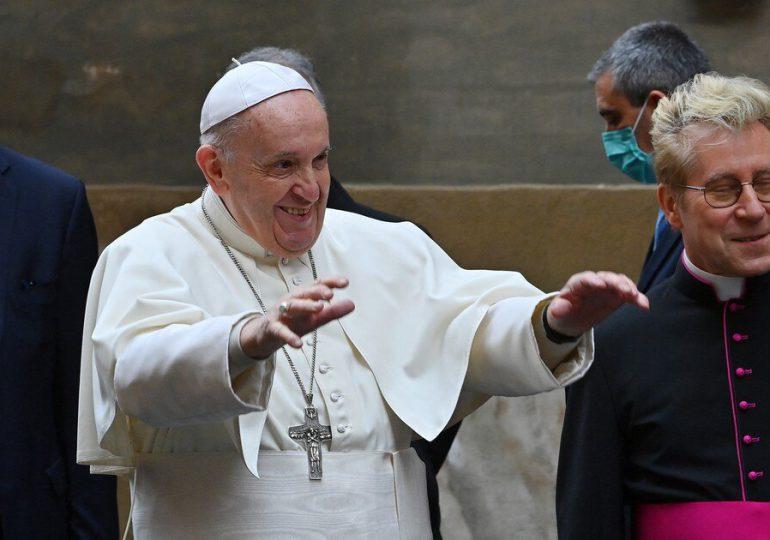 """El papa celebra una misa sobre la """"misericordia"""" con presos y refugiados"""
