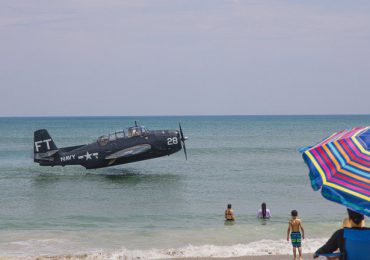 Impresionante acuatizaje de emergencia de un avión de la Segunda Guerra Mundial en una playa