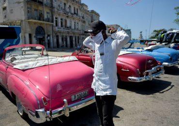 Cuba trata de frenar rebrote de covid-19 con persuasión y mano dura