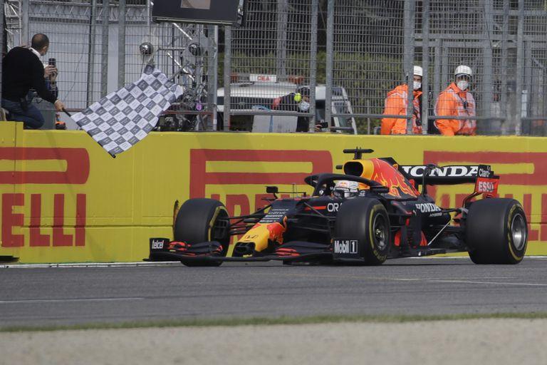 Verstappen gana GP de Emilia-Romaña, Hamilton en segundo lugar