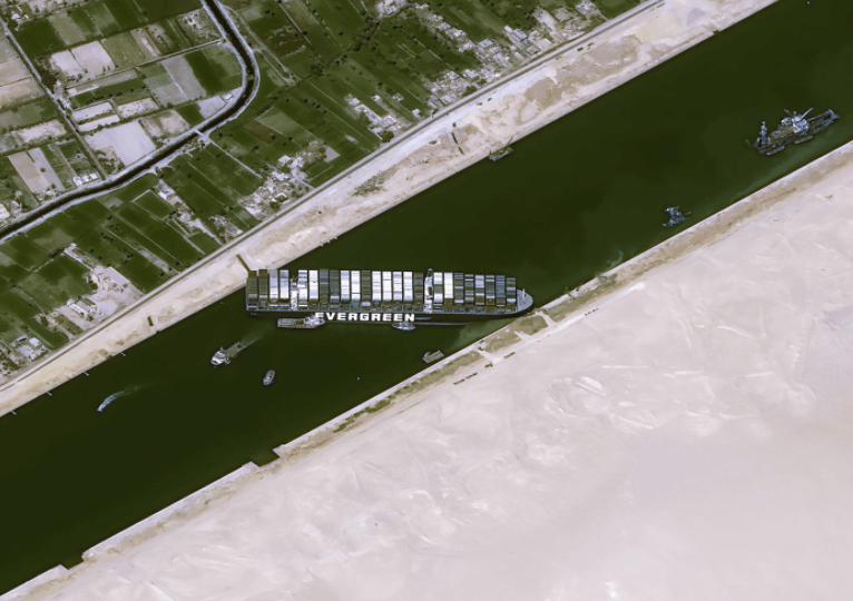 Empresa del barco que encalló en Canal de Suez negocia con Egipto multimillonaria indemnización