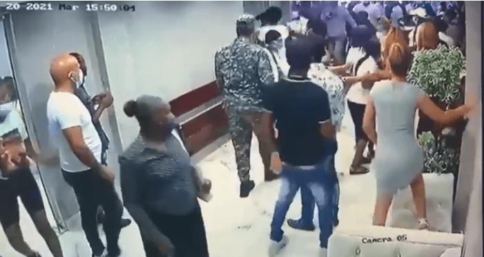 VIDEO | Roban cadáver dentro del ataúd en funeraria en Los Mina
