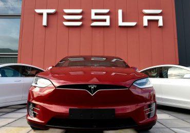 Tesla afirma que había alguien al volante de auto accidentado con resultado fatal