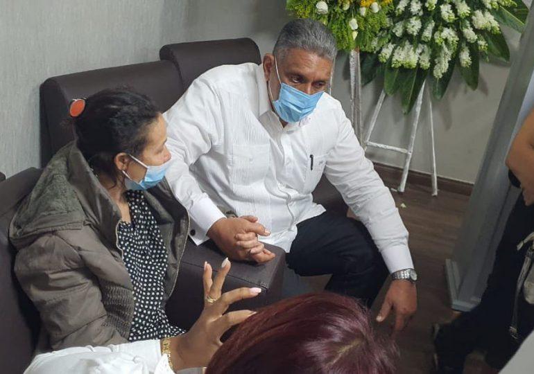Ministro de Interior y Policía acude a velatorio de pareja cristiana asesinada en Villa Altagracia