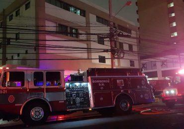 Video | Fuego afecta biblioteca en Plaza Naco