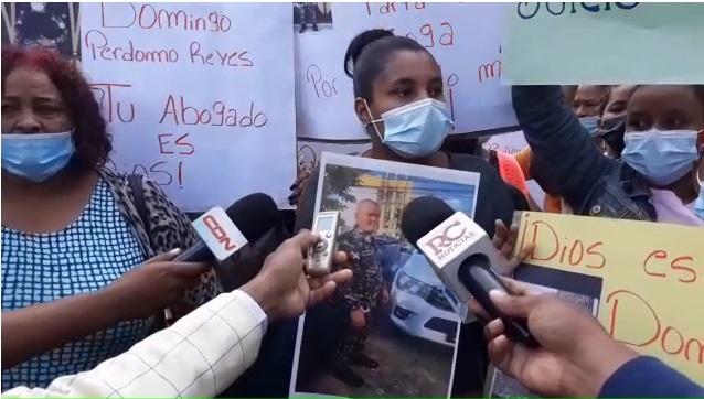 VIDEO | Familiares y amigos salen a defender expolicías mataron pareja cristiana