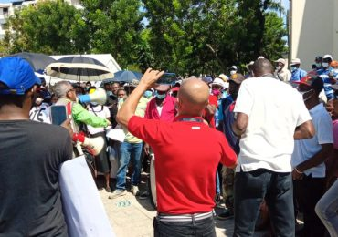 VIDEO | Desvinculados del Plan Social protestan frente al Palacio Nacional por el pago de prestaciones laborales