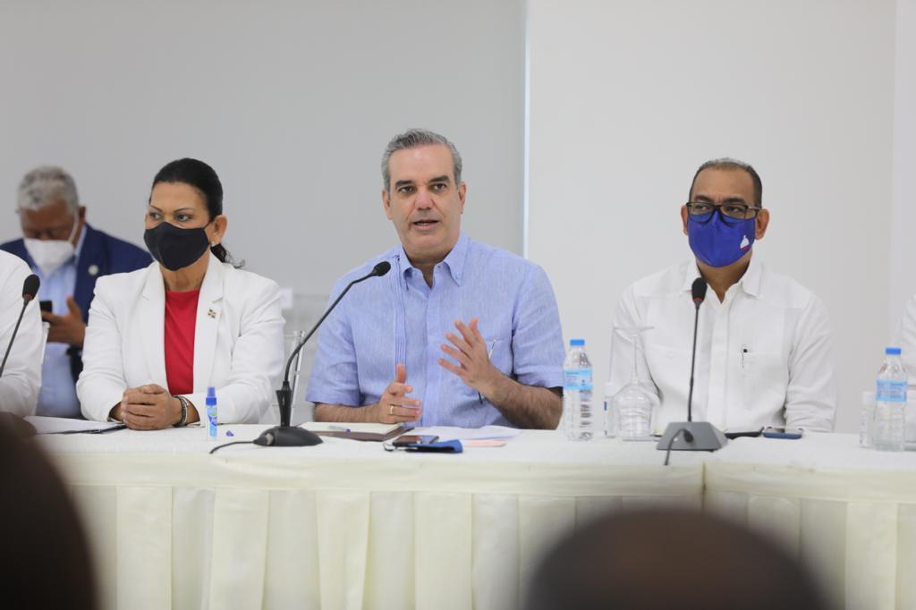 Abinader escucha las necesidades comunales de las juntas de vecinos de Moca