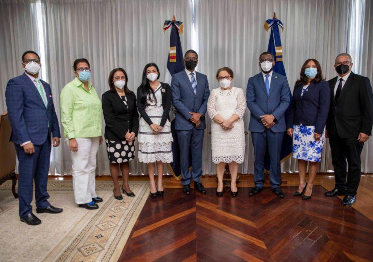 Miriam Germán recibe visita de nuevos miembros de la Cámara de Cuentas