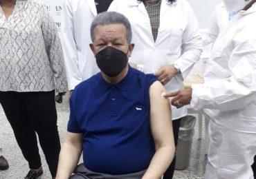 Leonel Fernández se vacuna contra el COVID-19
