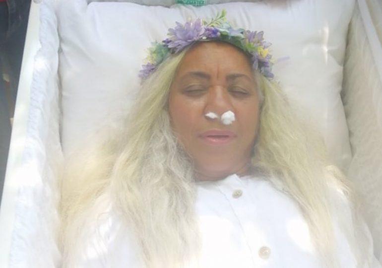 Mujer renta ataúd para simular su muerte en vida