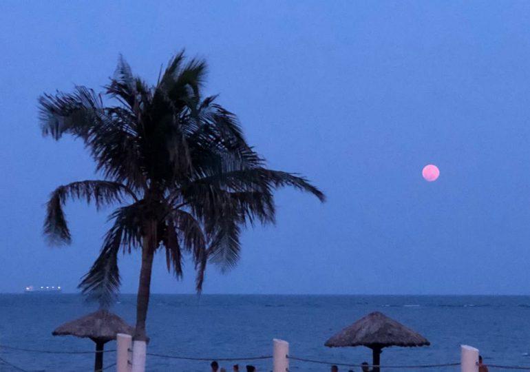 La Superluna Rosa es contemplada desde varios puntos del mundo