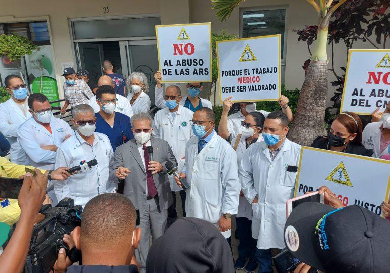 VIDEO | Médicos de SFM, La Vega y Puerto Plata paralizan clínicas privadas en contra de las ARS