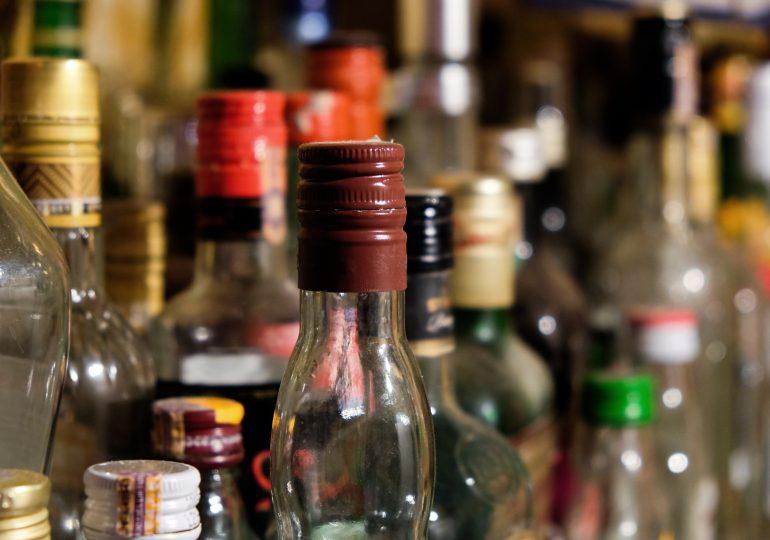 Imponen medidas de coerción a dos hombres que vendían alcohol adulterado en Villa Tapia
