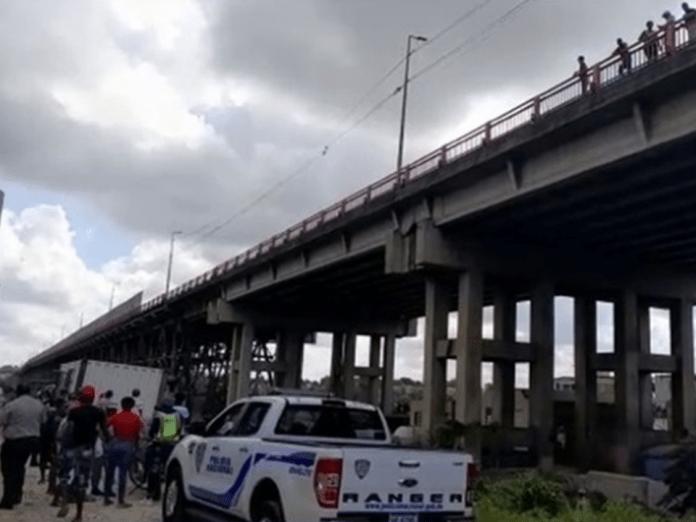 Chofer de ambulancia se lanza del puente de la 17