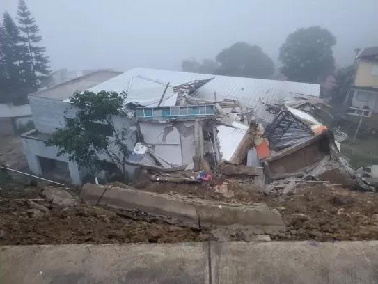 VIDEO | Deslizamiento de tierra derrumba casa en La Cumbre, carretera turística Gregorio Luperón