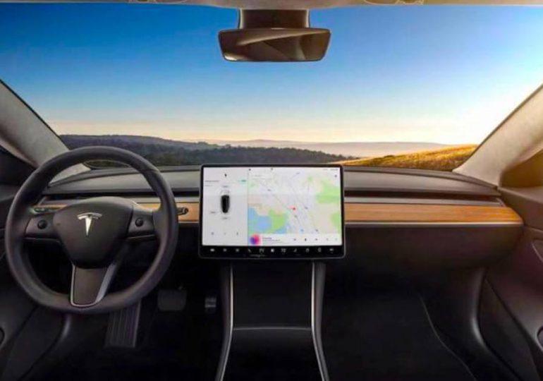 Reguladores de EEUU investigan accidente de posible auto sin conductor de Tesla