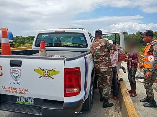 Rescatan a ciudadano que pretendía lanzarse del puente sobre el río Manoguayabo