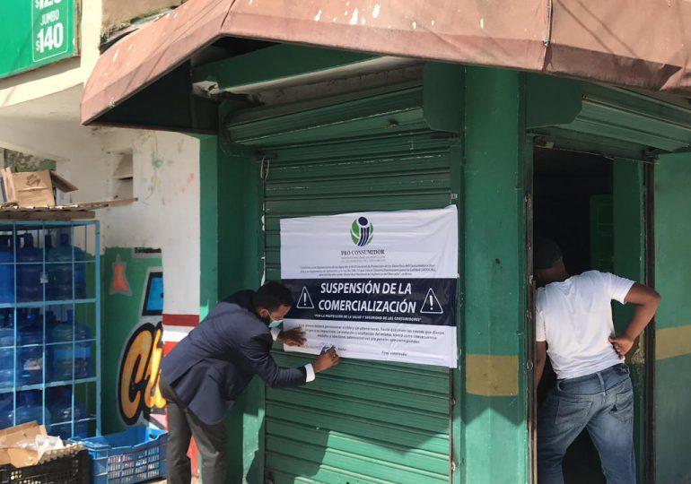 Pro Consumidor cierra negocios en SDE por plagas, productos vencidos y bebidas alcohólicas adulteradas