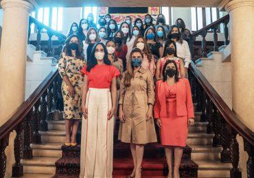 Carolina Mejía sostiene encuentro con socias de ANJE para conversar sobre liderazgo femenino