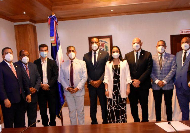 Senadores y Adriano Espaillat socializan planes en beneficio de la diáspora dominicana en EEUU