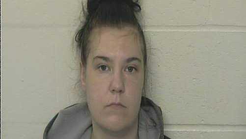 Una mujer en Indiana es acusada después de que su hija casi muriera por piojos
