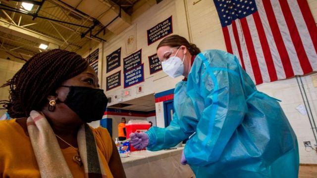 EEUU ofrece cerveza, flores o 100 dólares, para aplicarse vacuna contra el covid-19