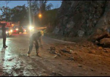 VIDEO | Bomberos del Distrito municipal de Buena Vista advierten deslizamiento de tierra en carretera La Vega - Jarabacoa
