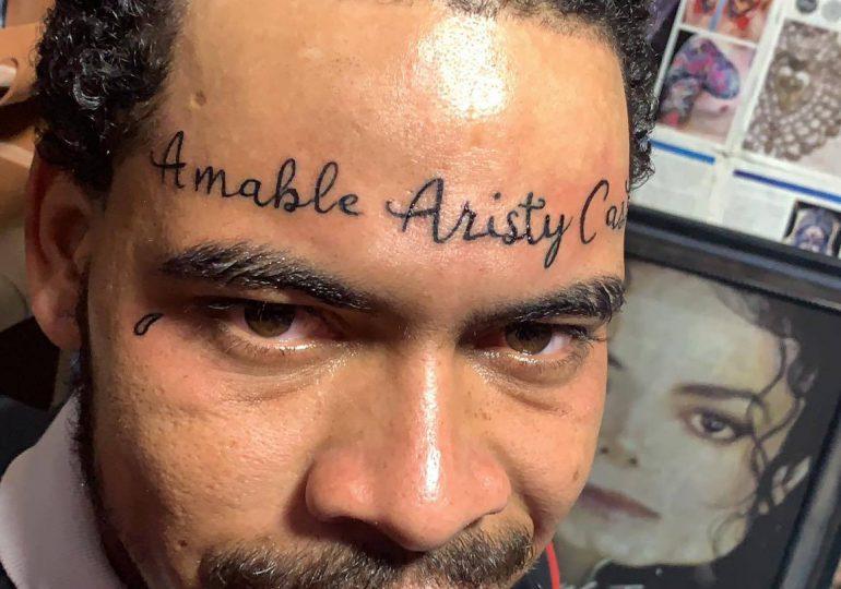 Hombre se tatúa en la frente  el nombre de Amable Aristy Castro