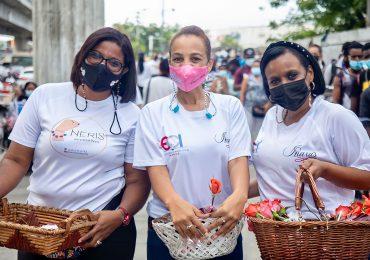 """Cientos de madres dominicanas fueron sorprendidas con Rosas en la estación del metro """"Mamá Tingó"""""""