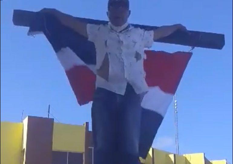 VIDEO | Militante del PRM se crucifica en Puerto Plata solicitando empleos para los miembros de base