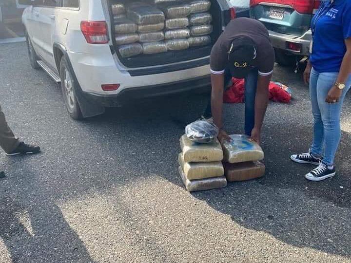 Ocupan 63 paquetes de presunta droga y arrestan al oficial que la trasladaba