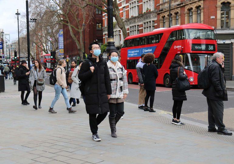 El Reino Unido levanta restricciones mientras preocupa el brote de contagios en Asia
