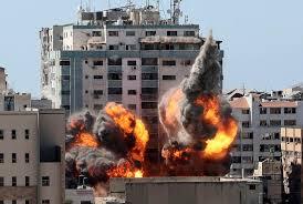 Israel continúa bombardeando Gaza y el enviado de EEUU llega para negociaciones