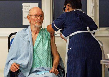 Muere el primer hombre en vacunarse contra el covid-19, William Shakespeare