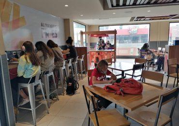 Estudiantes visitan instalaciones de Burger King a tomar sus clases