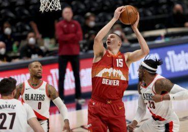 Nuggets y Bucks logran victorias en los playoffs de la NBA