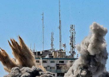 Israel destruye oficinas de prensa internacional en Gaza y enviado de EEUU llega para negociaciones