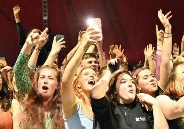 Concierto test congrega en Reino Unido a miles de personas sin mascarilla
