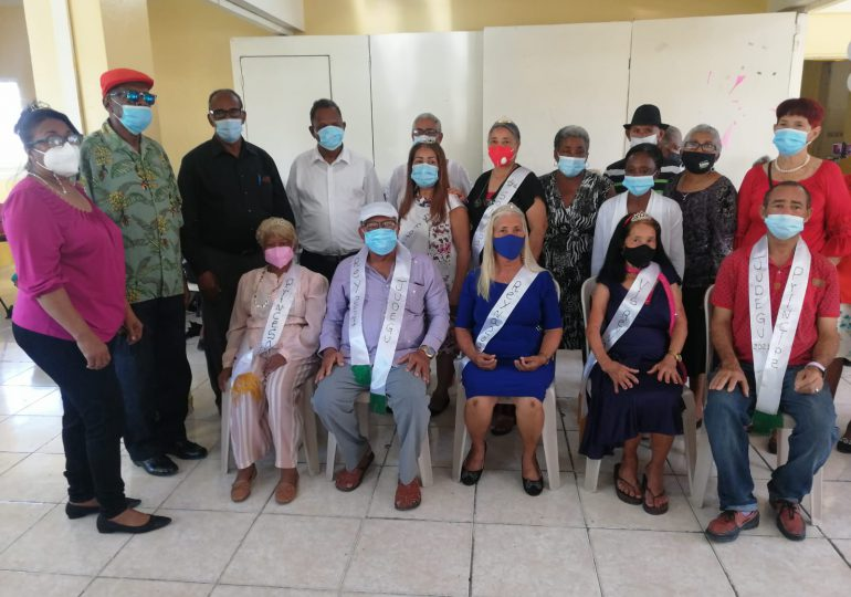 VIDEO | Desfilan adultos mayores en Gualey; buscan ser reyes