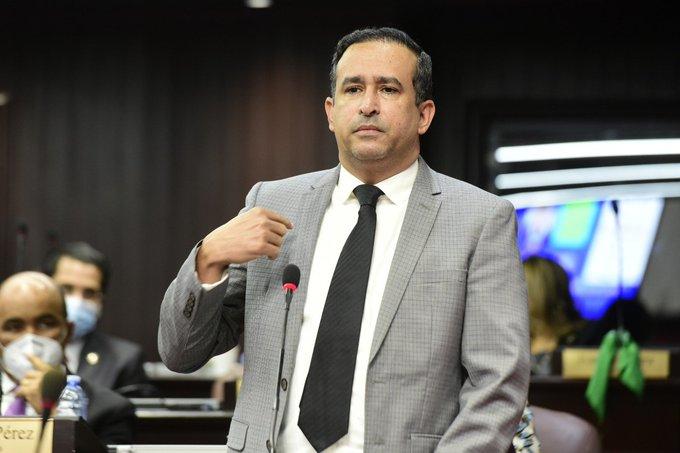 Víctor Suárez cuestiona vicepresidenta y ministro de Salud sobre idea de reforzar la vacuna
